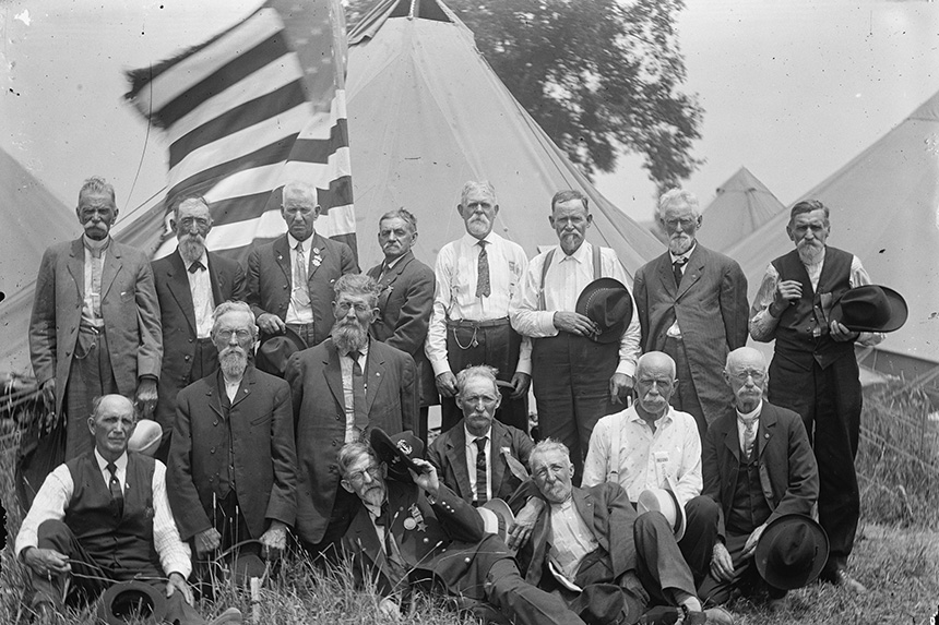 Group photo of a Civil War veteran reunion