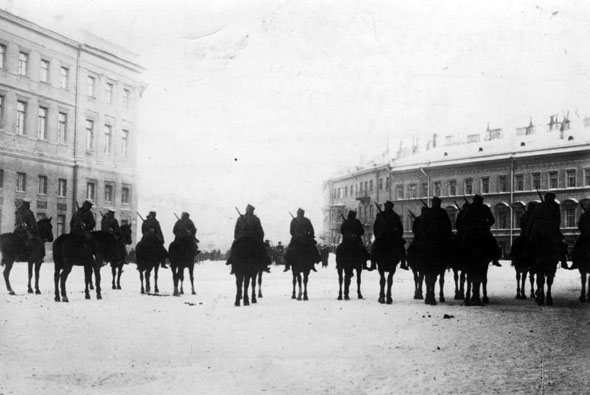 Troops surround the czar's Winter Palace during the 1905 protests. (Bundesarchiv, Bild 183-S01260/CC-BY-SA)