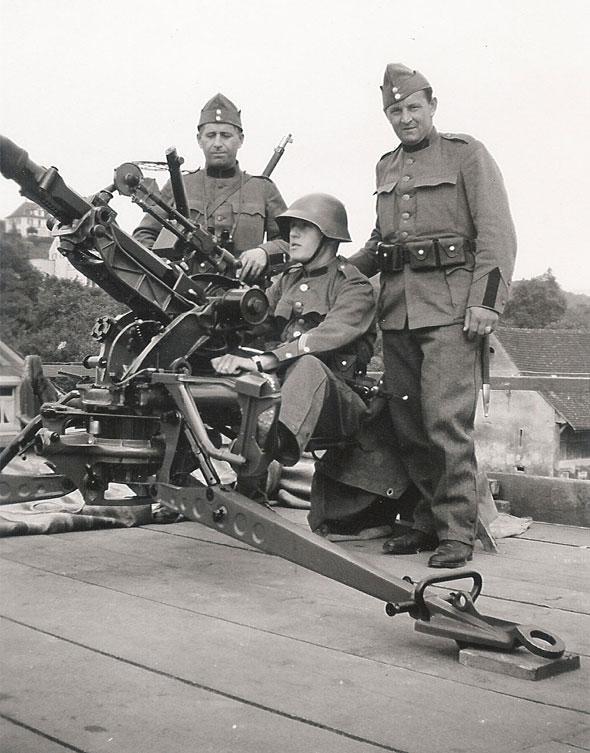 Swiss crew on an anti-aircraft gun